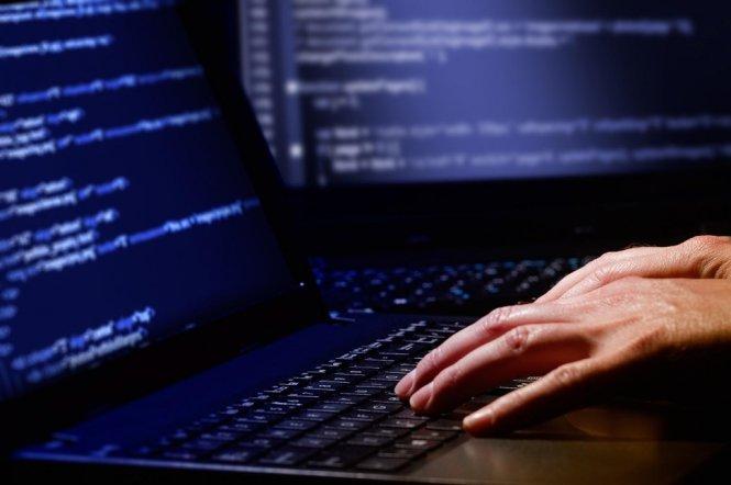 Người dùng sử dụng máy tính công cộng để đăng nhập tài khoản ngân hàng