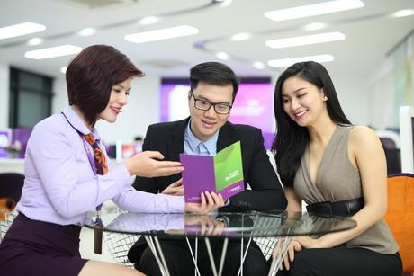 Cán bộ ngân hàng tư vấn tận tình cho khách hàng gói vay thế chấp