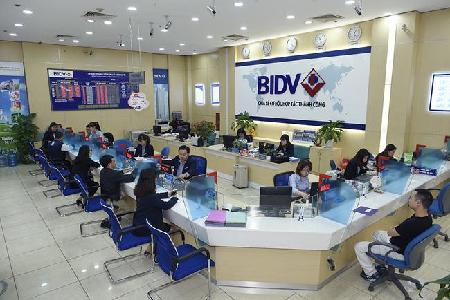 Khách hàng đến gửi tiền tiết kiệm tại ngân hàng BIDV
