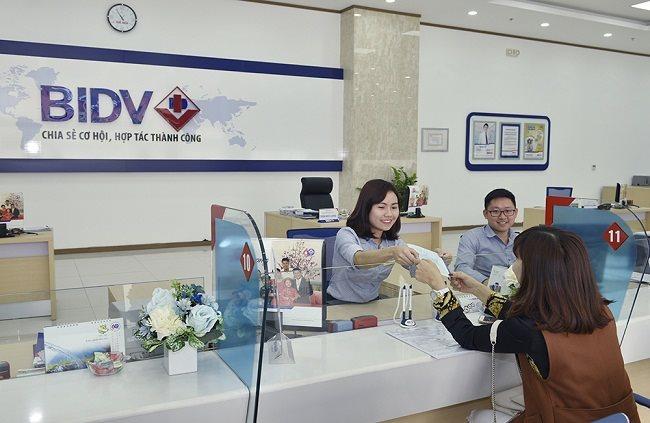 Khách hàng giao dịch gửi tiết kiệm tại quầy giao dịch ngân hàng BIDV