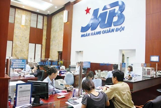 Khách hàng vay tiền mua đất tại quầy giao dịch MBBank