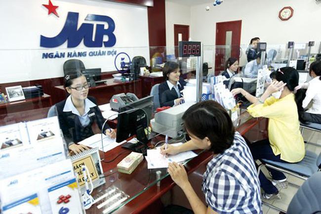 Khách hàng gửi tiết kiệm tại ngân hàng MB
