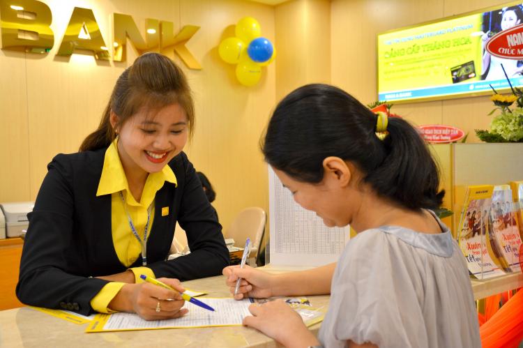 Khách hàng sử dụng dịch vụ ngân hàng Nam Á - ảnh minh họa