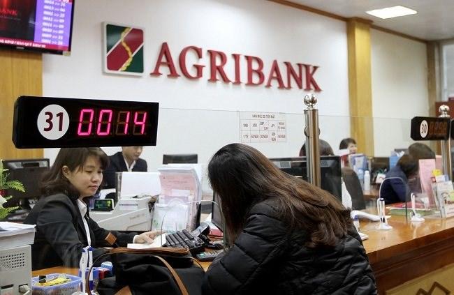 Khách hàng gửi tiết kiệm ngân hàng Agribank