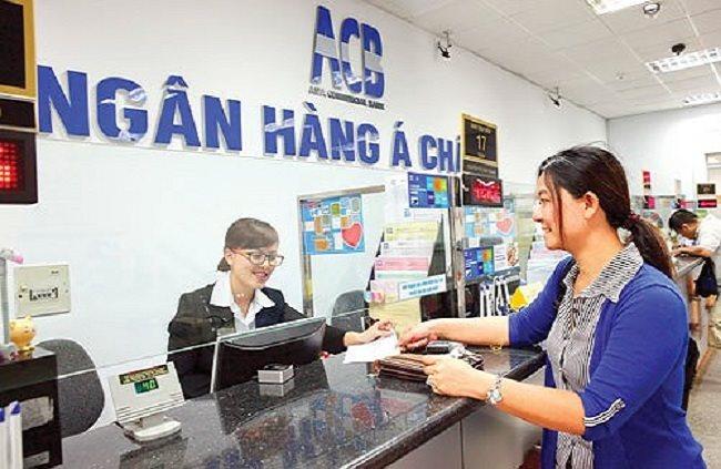 Khách hàng gửi tiết kiệm nhạn lãi hàng tháng ngân hàng ACB