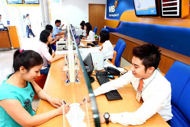 Khách hàng ửi tiết kiệm ngân hàng VIB tại Đà Nẵng