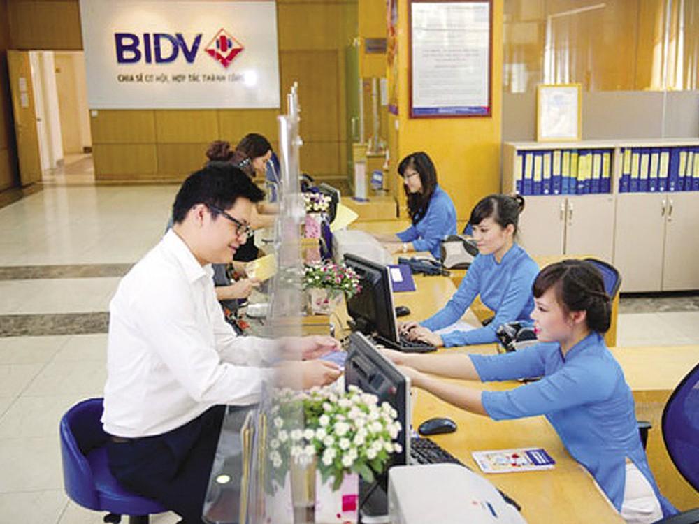 Khách hàng gửi tiết kiệm ngân hàng BIDv