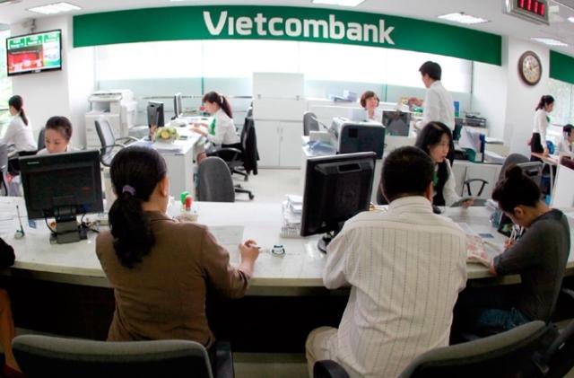 Khách hàng làm thủ tục rút tiền tại ngân hàng Vietcombank - ảnh minh họa