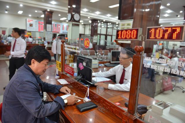 Khách hàng gửi thêm tiền vào sổ tiết kiệm Agribank