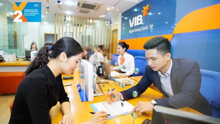 Khách hàng gửi tiết kiệm ngân hàng VIB