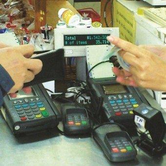"""Cảnh báo: Không """"quẹt"""" thẻ ATM tại thiết bị khác ngoài máy POS"""