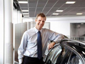 Vay mua xe ô tô: Có nên phó mặc cho nhân viên bán xe?