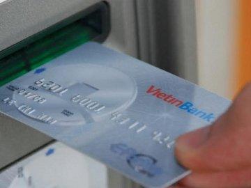 NHNN tiếp tục yêu cầu dừng tăng phí rút tiền nội mạng ATM