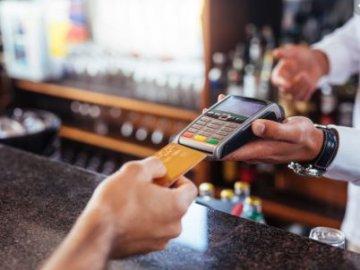 """Nhân viên nhà hàng trộm """"thẻ tín dụng"""" của khách để mua hàng online"""